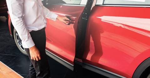 Man opent rode autodeur met Smart Keyless